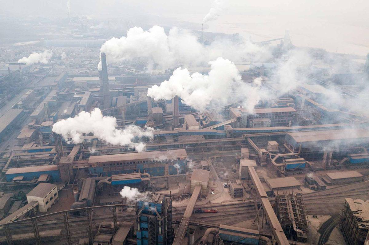صورة جوية التقطت مع طائرة بدون طيار في 17 فبراير، 2018، يظهر التلوث المنبعثة من مصانع الصلب في هانتشنغ بمقاطعة شنشي.