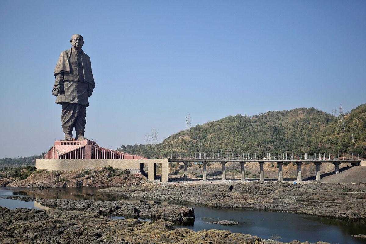 تمثال الوحدة، يصور ساردار فالاباهباي باتل، أحد الآباء المؤسسين للهند، أثناء تنصيبه في Kevadia، في ولاية غوجارات، بالهند الغربية، في 31 أكتوبر 2018. النصب التذكاري  يقف على ارتفاع 597 قدمًا (182 مترًا)، هو الآن أطول تمثال على الأرض.