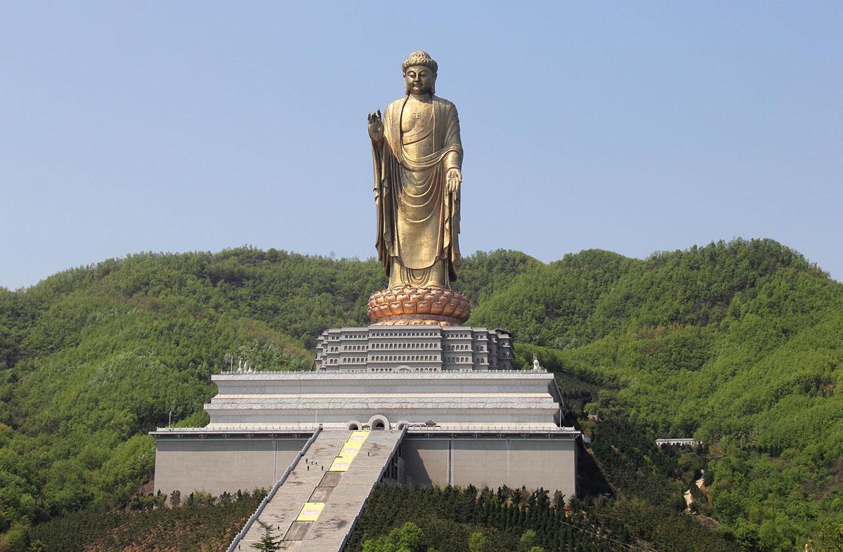 تؤدي السلالم إلى تمثال بوذا الذي يبلغ طوله 420 قدما (128 مترا)، وهو الآن ثاني أطول تمثال في العالم. يقف التمثال بالقرب من بلدة Zhaocun، في مقاطعة Lushan، وخنان، الصين، وتم الانتهاء منه في عام 2008.