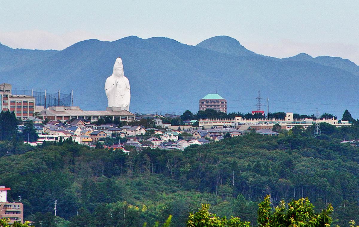منظر المدينة في سينداي، اليابان، بطول 330 قدم (100 متر) سينداي دايكانون في المسافة، وينظر من جبل أوبا.