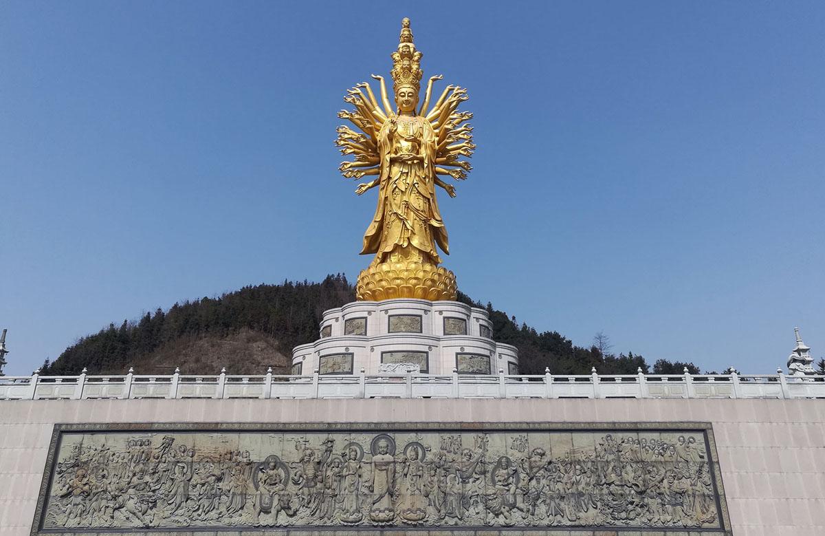 بطول 325 قدمًا طوله (99 مترًا) غويشان قوانيين من الألف عين والعينين، تم تصويره في معبد ميان في ويشان، تشانغشا، الصين.