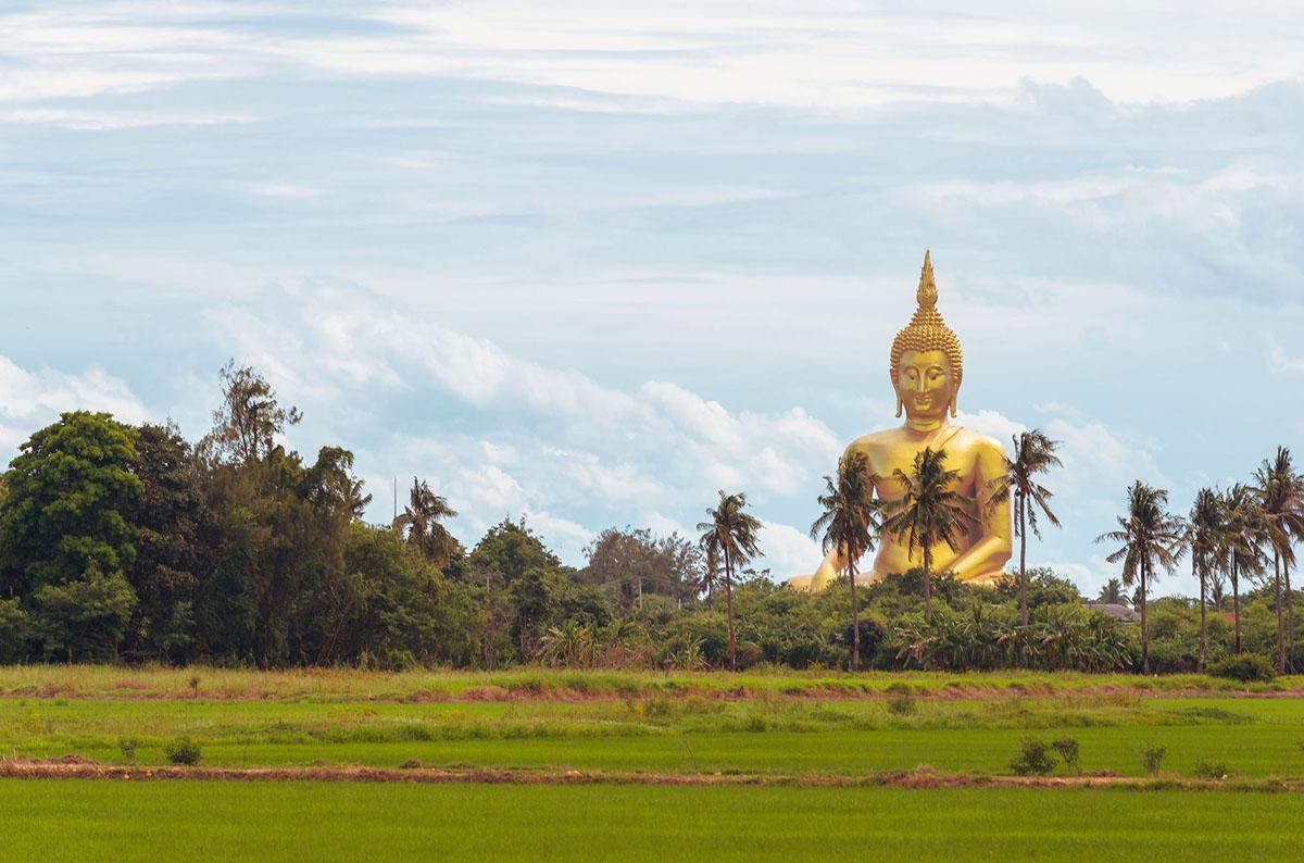 بوذا الكبير من تايلاند في معبد وات موانج في مقاطعة أنغ ثونغ، تايلاند. بطول 302 قدم (92 متر).