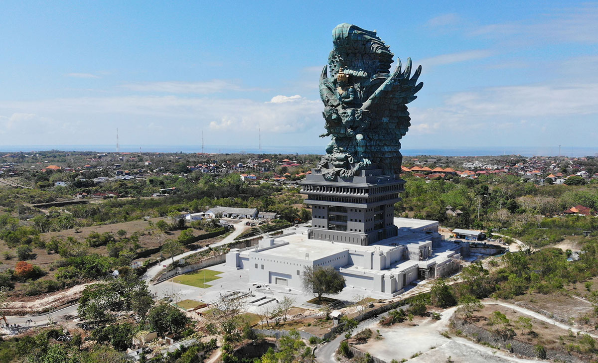 أطول 15 تمثالًا في العالم: تمثال جارودا ويسنو كينكانا في بالي، يبلغ طوله 246 قدمًا (75 مترًا). افتتح نصب النحاس والصلب للرب Vishnu على الطيور الأسطورية جارودا في سبتمبر 2018.
