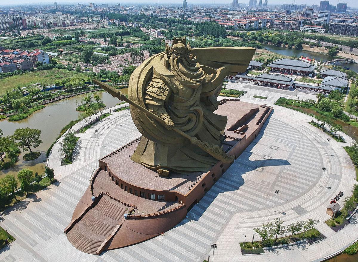 الرقم 29 على قائمة أطول التماثيل هو تمثال قوان يو البالغ طوله 190 قدمًا (58 مترًا) والمصور في مدينة جينغتشو الصينية في 7 يونيو عام 2018. Guan Yu كان جنرالًا مشهورًا عاش منذ حوالي 1800 عامًا.