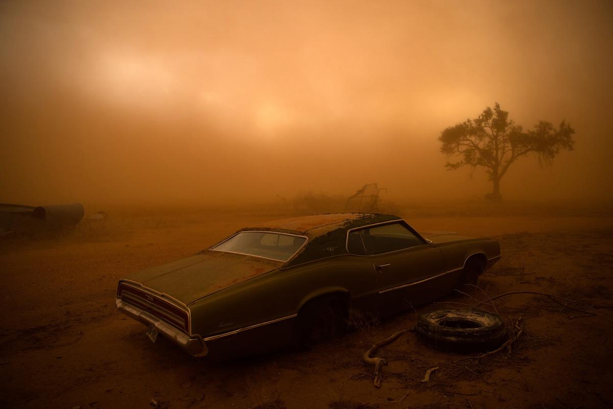 المركز الثاني، الأماكن: تصطبغ فورد ثندربيرد بالصدأ من الغبار الأحمر من عاصفة رعدية عملاقة في رالز، تكساس. جعلت الحقول الجافة المحروثة في تكساس بانهاندل فريسة سهلة للعاصفة، كانت الرياح أكثر من 90 ميلا في الساعة تمزقت التربة السطحية ونقلتها الى الجنوب. كنت أتوقع وضع فريق من مصوري الفيديو والمصورين في مطاردة العاصفة في زقاق تورنيدو - كان هذا يومنا الأخير في مطاردة ناجحة للغاية، حيث شهد 16 إعصارًا على مدار 10 أيام. كانت المنطقة المستهدفة لبدء العاصفة جنوب أماريلو بولاية تكساس. وبمجرد أن أصبحت العاصفة سوبيرسيل، تحركت إلى الجنوب، مع رياح خارجية كانت قوية بسهولة كافية لتمزيق التربة العلوية وإرسالها إلى الهواء.