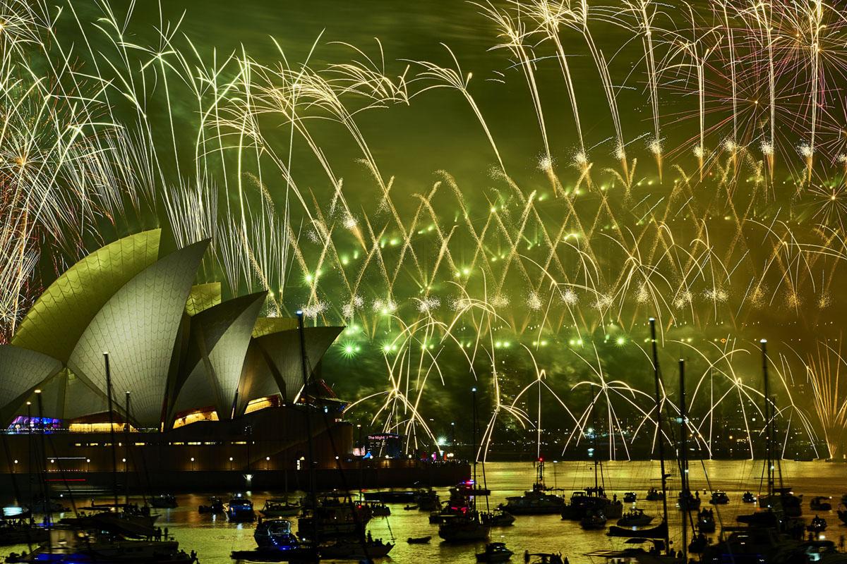 الألعاب النارية تنفجر فوق جسر ميناء سيدني ودار أوبرا سيدني خلال عرض منتصف الليل في ليلة رأس السنة في ميناء سيدني في 1 يناير 2019 ، في سيدني ، أستراليا.