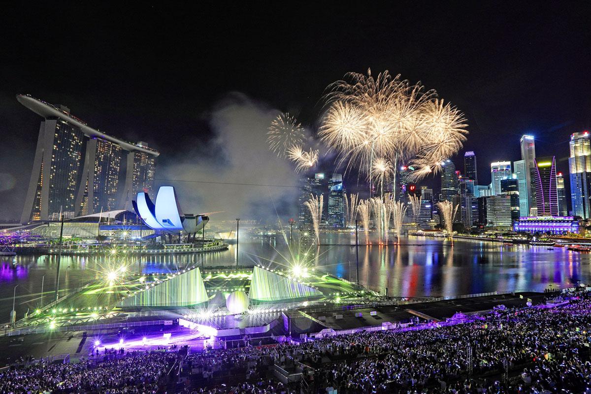 الألعاب النارية تضيء السماء حيث تستقبل سنغافورة العام الجديد في مارينا باي في 1 يناير، 2019.