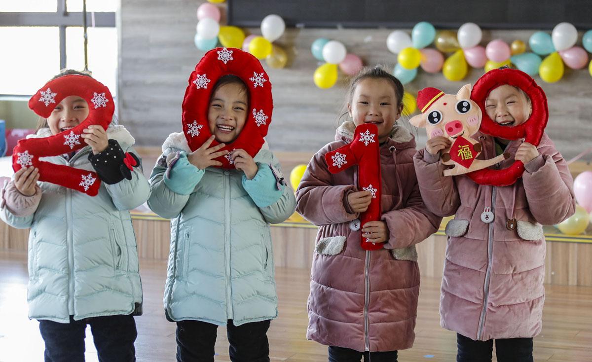 أطفال يحملون الرقم 2019 خلال عرض للترحيب بالعام الجديد في روضة أطفال بمدينة Huaian، مقاطعة Jiangsu، الصين، في 29 ديسمبر، 2018.