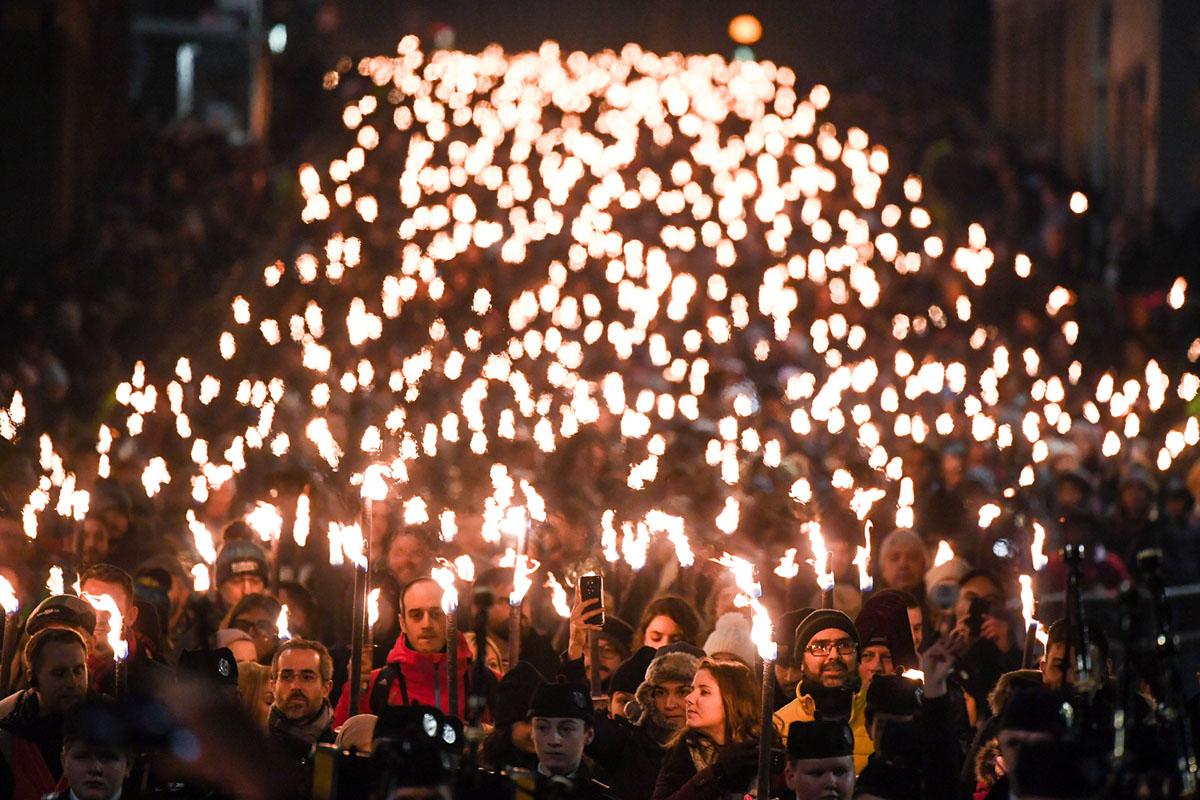 مواطنون يشاركون في موكب المشاعل في طريقهم إلى أسفل رويال مايل لبدء الاحتفالات Hogmanay في 30 ديسمبر، 2018، في ادنبره، اسكتلندا.