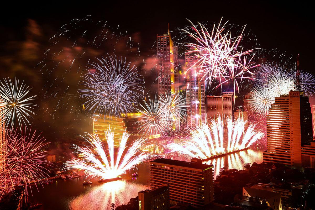 الألعاب النارية تنفجر فوق نهر تشاو فرايا خلال الاحتفالات بالعام الجديد في بانكوك، تايلاند، في 1 يناير، 2019.