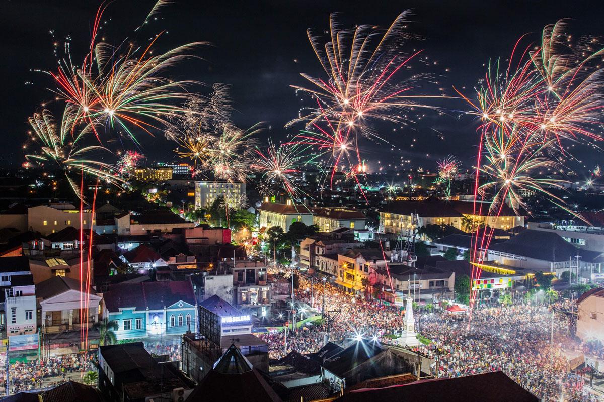 الألعاب النارية تضيء أفق المدينة خلال احتفالات رأس السنة الجديدة في 1 يناير 2019، في يوجياكارتا، إندونيسيا.