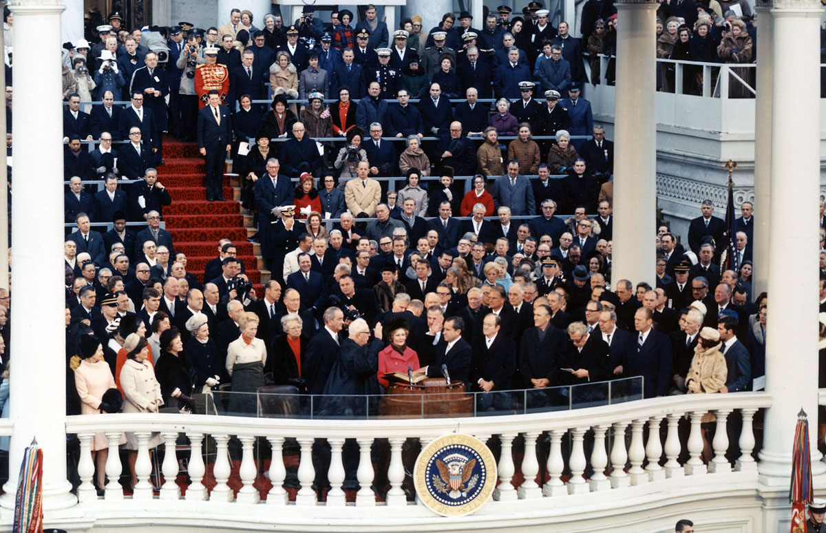 رئيس المحكمة إيرل وارن يدير قسم اليمين لريتشارد نيكسون، الذي أصبح الرئيس السابع والثلاثين للولايات المتحدة، في الرواق الشرقي للكابيتول الأمريكي في 20 يناير 1969.