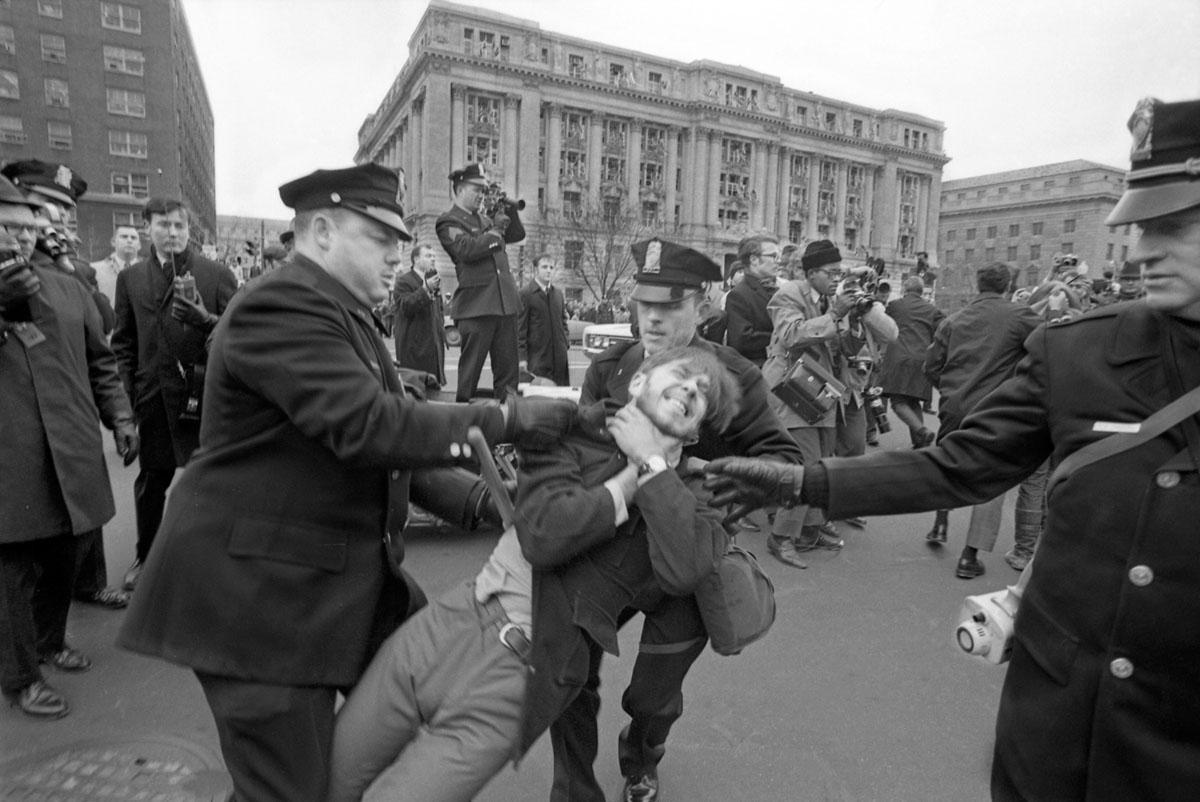 وينقل عملاء مكتب التحقيقات الفيدرالي (اف. بي. آي) مسودة الحرب الفيتنامية روبرت وايتينجتون ايتون (25 عاما) من مسكن في فيلادلفيا في 17 ابريل نيسان عام 1969 حيث ربط ايتون نفسه مع 13 شابا وامرأة. دفع الوكيل الذي يقود الطريق إحدى المجموعة التي حاولت إعاقة الطريق إلى الرصيف. تم اقتياد ستة شباب على الأقل مع إيتون.