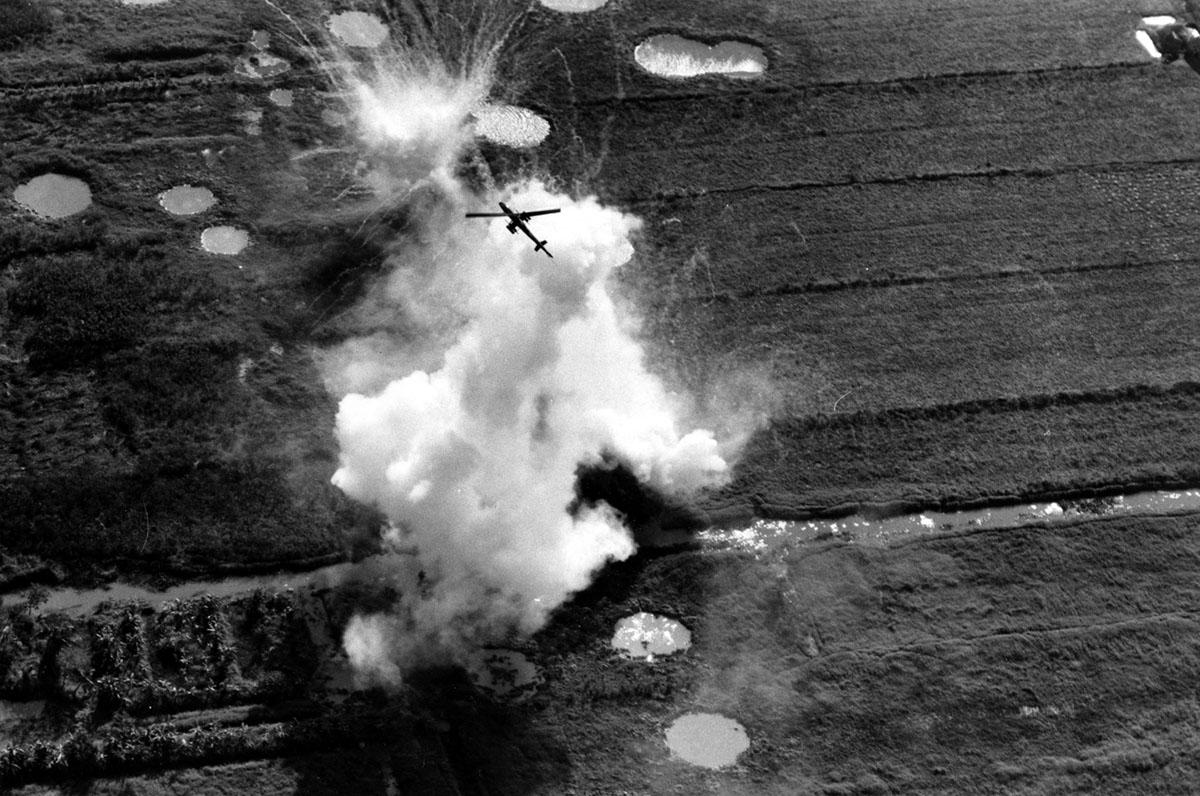هروب طائرة هليكوبتر أمريكية من طراز كوبرا من صاروخ ونفذت هجوما على موقع للفيتكونغ بالقرب من كاو لانه في دلتا نهر ميكونغ في 22 يناير 1969، أثناء حرب فيتنام.