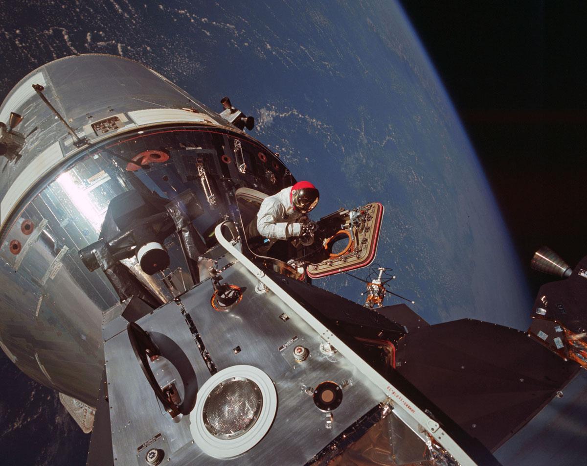 يفتح رائد الفضاء أبولو 9 ، ديف سكوت، فتحة وحدة القيادة ويتحرك نحو الوحدة القمرية بينما في مدار الأرض في 6 مارس 1969. واختبرت بعثة أبولو 9 استعداد إجراءات الوحدة القمرية وإيفا، قبل موعد أبولو 11 المقرر مهمة إلى القمر.