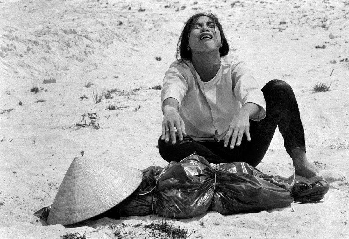 امرأة فيتنامية جنوبية تنعى جثة زوجها، عثر عليها مع 47 آخرين في مقبرة جماعية قرب هوي، في أبريل من عام 1969.