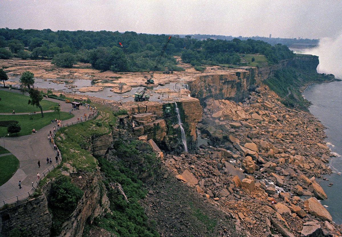 جفت الشلالات الأمريكية في شلالات نياغارا ، نيويورك، إلى ما هو أكثر قليلاً من الهبوط، مما أتاح للزائرين فرصة غير عادية لرؤية الصخور التي كانت مخبأة عادةً عن طريق المياه، في يونيو 1969. لعدة أشهر، قام الجيش الأمريكي بتحويل التدفق. من النهر لدراسة الجيولوجيا الكامنة ووجه الجرف تحت الشلالات.
