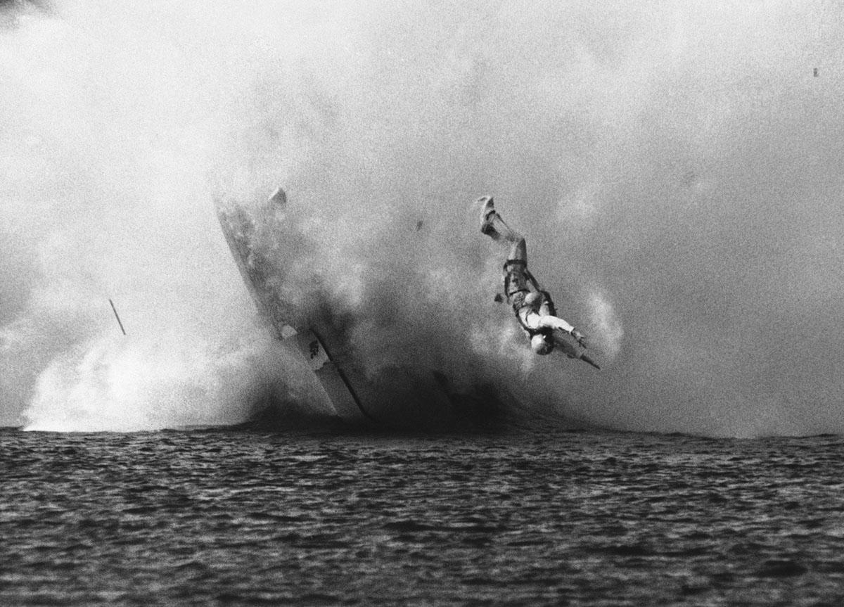 يتوجه لين مونتغمري من سياتل إلى المياه بعد أن انقلبت طائرته المائية وأبحرت في الجو مرتين، ثم تفككت عندما حطمت مرة أخرى في الماء، في 2 يونيو 1969، خلال سباقات غرين ليك ميموريال إنبرت ريجاتا في سياتل، واشنطن. طُرِح مونتغومري رأسًا على عقب وارتد حول جنبًا إلى جنب، وظهر مع ذراع مكسورة.