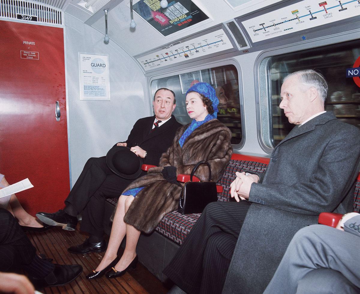 الملكة إليزابيث تسافر في مترو أنفاق لندن بعد افتتاح خدمة خط فيكتوريا رسميًا.