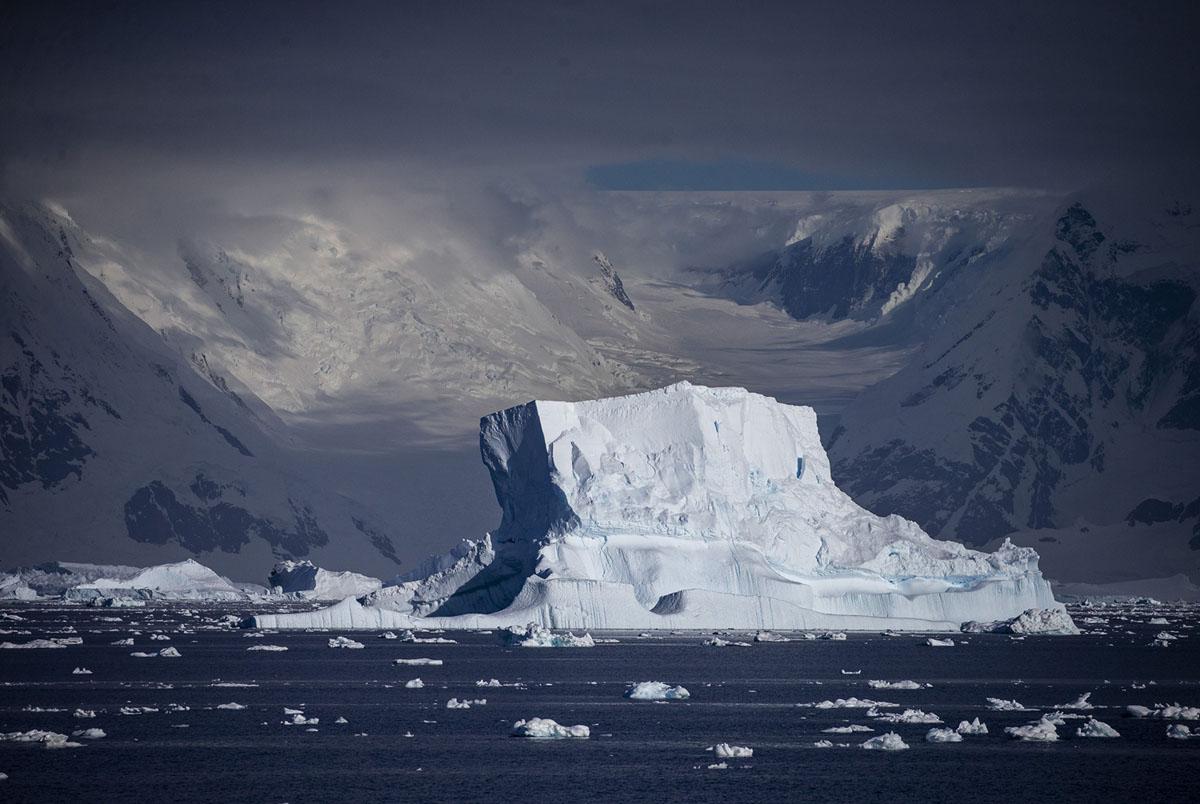 الأنهار الجليدية والجبال الجليدية تحيط بمضيق Gerlache في أنتاركتيكا في 9 فبراير، 2019.