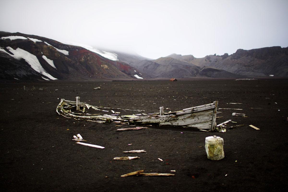بقيت بقايا سفينة تابعة لمصنع صيد الحيتان القديم في جزيرة الخداع، وهي كالديرا بركان نشط في أنتاركتيكا، تم تصويره في 17 فبراير، 2018.