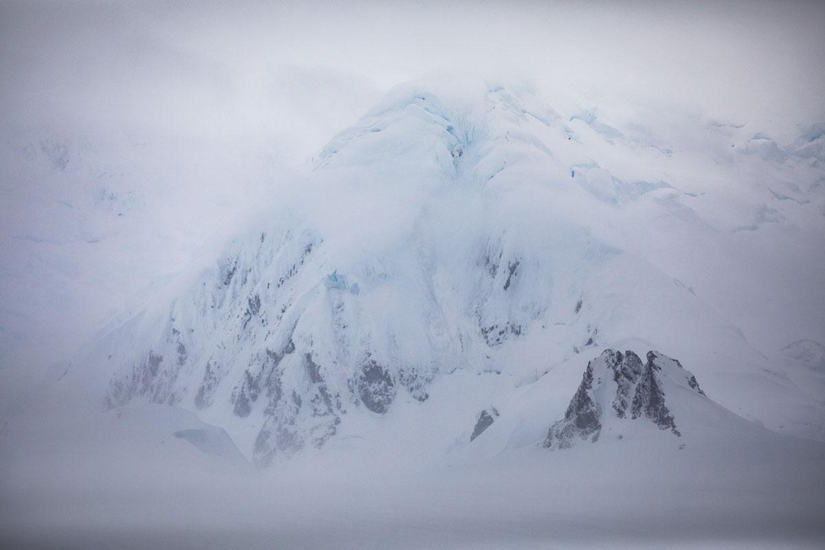 جبل مغطى بالجليد، تم تصويره في 9 فبراير 2019.