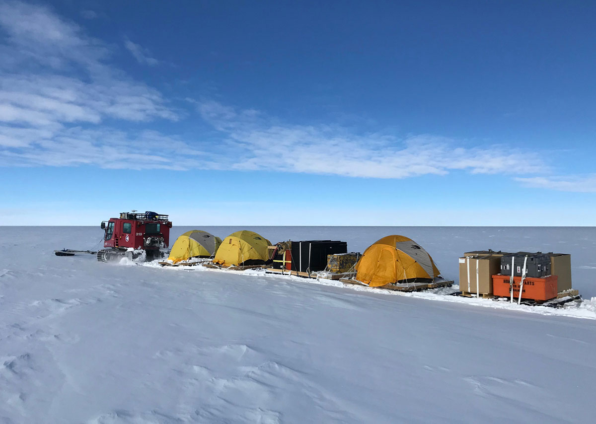 قاد فريق البحث IceSAT-2 ما يقرب من 500 ميل على طول الموازاة رقم 88 لتسجيل الارتفاع الدقيق للغطاء الجليدي الهضابي القطبي في هذه المنطقة. الصور التقطت في 9 يناير، 2018.