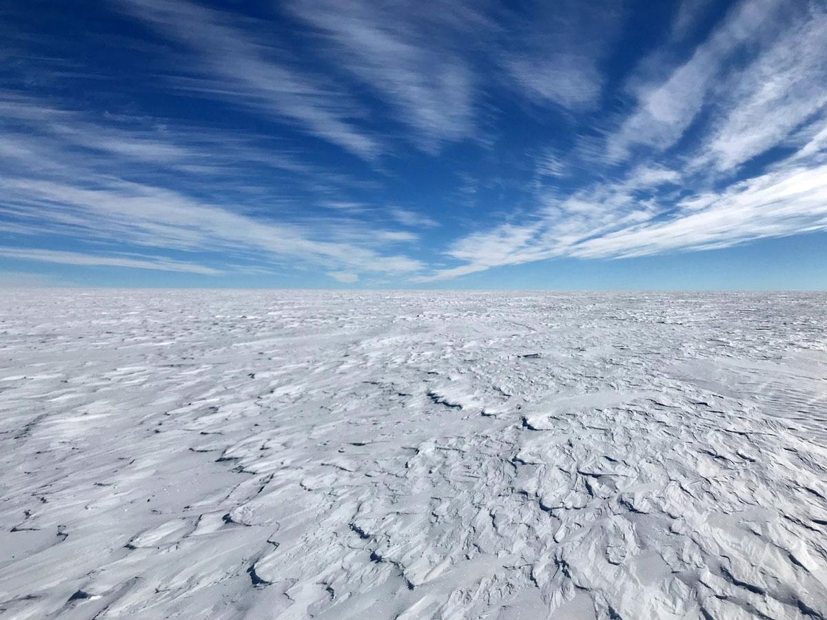 هذا ما تبدو عليه أنتاركتيكا مسطحة، بيضاء، ومغطاة بالكثبان الثلجية لآلاف الأميال في كل اتجاه. التقطت هذه الصورة على الهضبة القطبية على ارتفاع ما يقرب من ميلين فوق مستوى سطح البحر في 7 يناير، 2018.