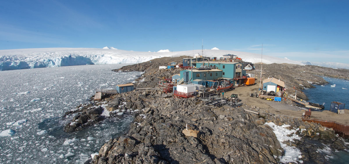 تقع محطة بالمر، وهي أصغر محطات الأبحاث الثلاثة في برنامج أنتاركتيكا بالولايات المتحدة، في جزيرة أنفرس. مرفأ آرثر، ويقع نهر مار بيمونتي الجليدي في الأفق. هو جسم الماء الظاهر على اليمين. الصورة التقطت في 15 فبراير، 2018.