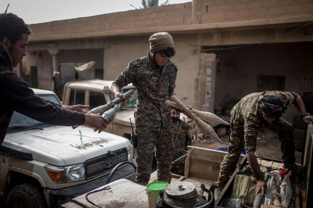 مقاتلو قوات سوريا الديمقراطية يحضرون معدات في قاعدة في 16 فبراير 2019، في السوسة، سوريا. بدأ المدنيون بالعودة إلى بعض البلدات الصغيرة القريبة من باغوز والتي تم تحريرها مؤخراً من قبل التحالف الذي تقوده الولايات المتحدة وقوات الدفاع الذاتي.