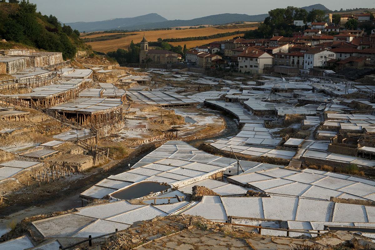 توجد شرفات لإنتاج الملح في وادي الملح في أنانا، بالقرب من ألافا، إسبانيا. يحتوي الوادي على ينابيع ماء مالحة طبيعية يستخدمها الإنسان لإنتاج الملح منذ فترة ما قبل التاريخ.