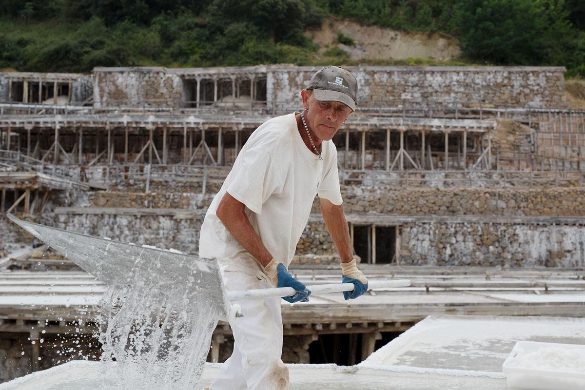 عامل يجمع الملح من الترسبات في أنتانا، إسبانيا، في 17 يوليو 2015. أنتانا تنتج بطريقة تقليدية عن طريق التبخر الطبيعي، وخلق بلورات فلور دي سيل.