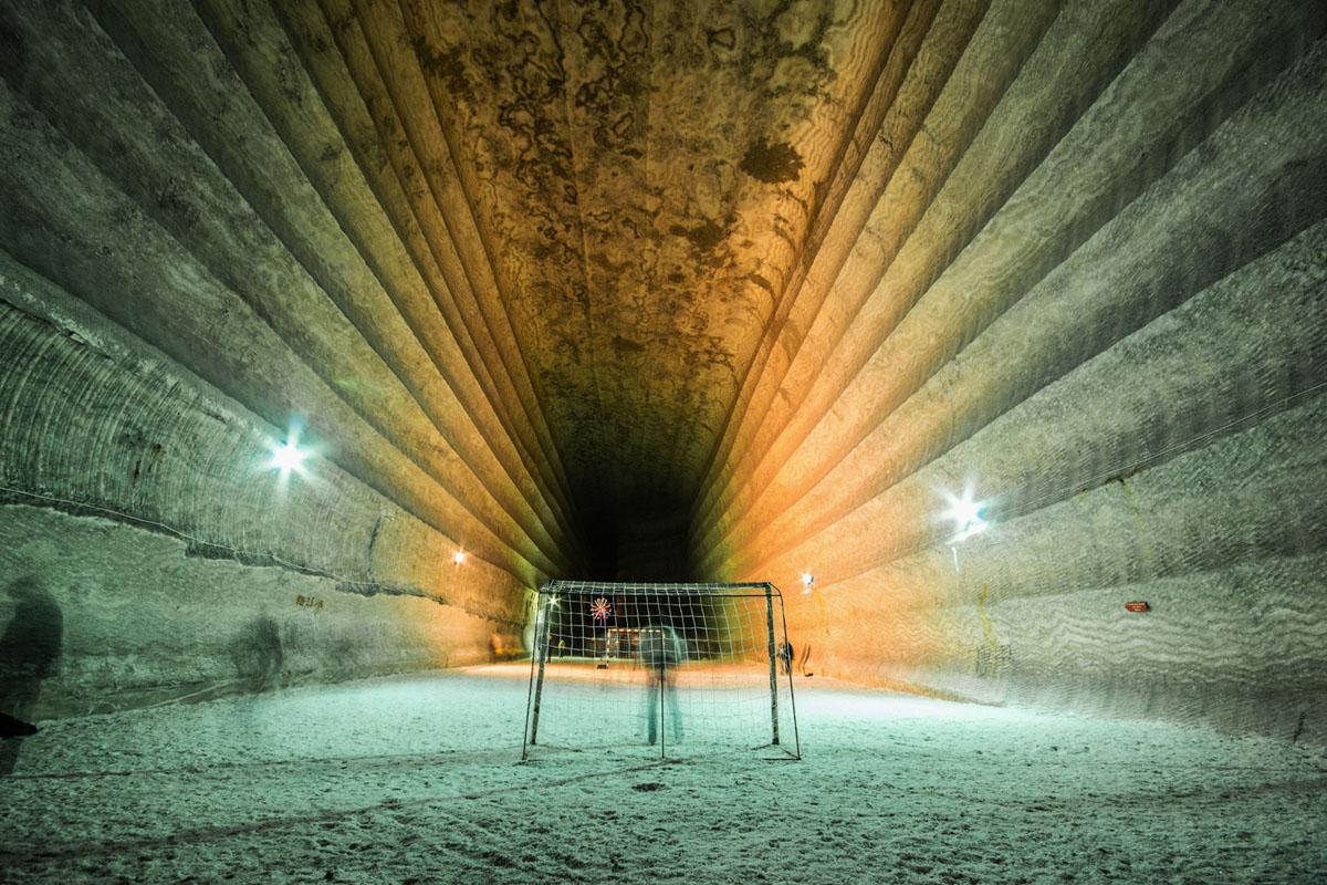 تقف أهداف كرة القدم داخل غرفة ضخمة في منجم ملح سابق، على عمق 985 قدمًا (300 متر)، بالقرب من سوليدار، أوكرانيا.