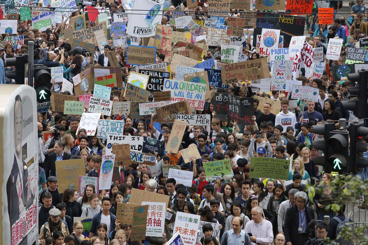 مئات من تلاميذ المدارس يشاركون في احتجاج على المناخ في هونج كونج في 15 مارس 2019.