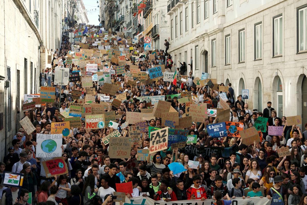 احتجاجات طلابية للمطالبة باتخاذ إجراء بشأن تغير المناخ في لشبونة، البرتغال، في 15 مارس 2019.