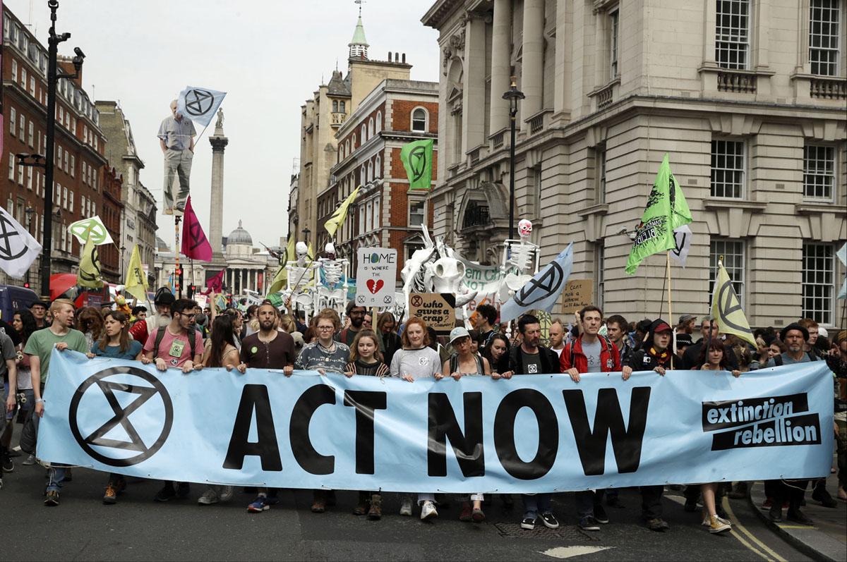 سار المتظاهرون على طول شارع وايت هول باتجاه البرلمان البريطاني، مع وجود عمود نيلسون في الخلفية، في لندن في 23 أبريل 2019، خلال مظاهرة احتجاج على المناخ.