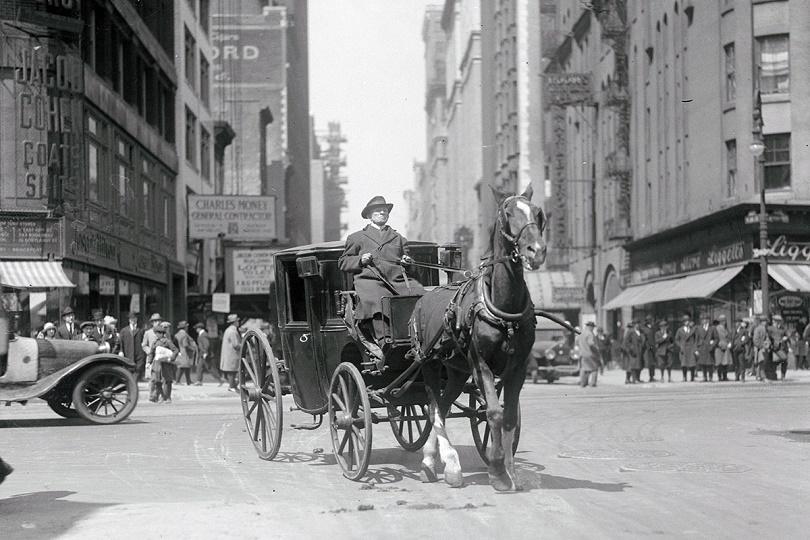 سبعيني يقود سيارته للمرة الأخيرة ودع جون أوتيرمان ، 72 عامًا، لخيله البالغ من العمر 25 عامًا في نهاية جولته الأخيرة.  كان أوتيرمان يقود سيارة أجرة في مدينة نيويورك في الأربعين سنة الماضية ، لكن غزو سيارة الأجرة والرغبة في التقاعد أخرجته في النهاية من العمل.  التقطت الصورة في 24 أبريل 1922 ، والتي تشير إلى أن أوتيرمان بدأ مسيرته حوالي عام 1882.