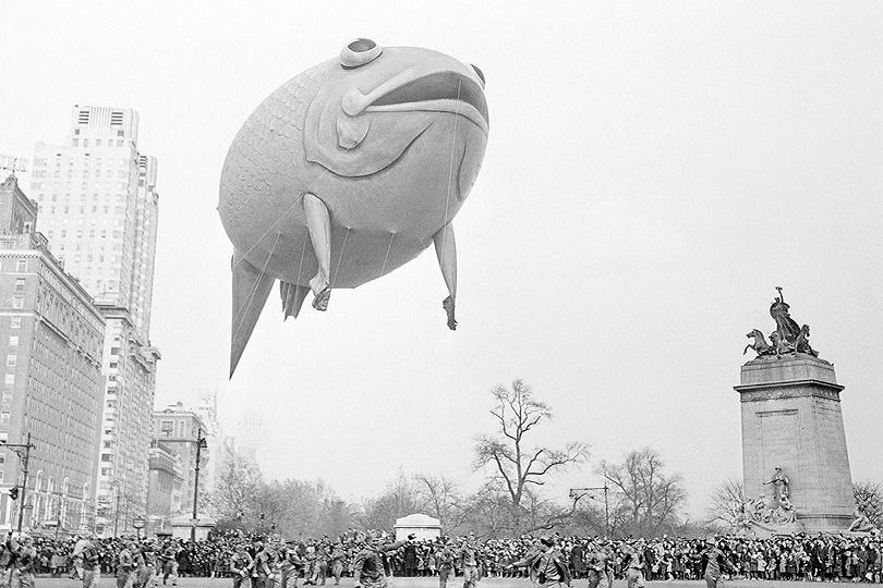 حشود من سكان نيويورك يزعجون Columbus Columbus gape بينما تتأرجح سمكة تحلق فوق Broadway من Central Park West