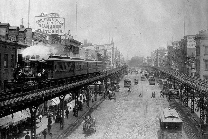 تمر القطارات المرتفعة فوق الشوارع المزدحمة في حي باوري في مانهاتن ، حوالي عام 1895.