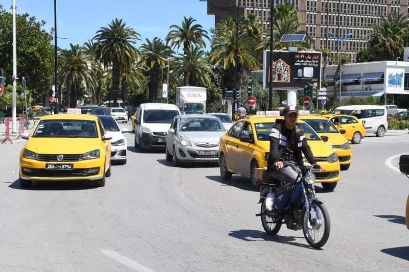 عودة الحياة في وسط مدينة تونس العاصمة في 4 مايو 2020. وبعد نحو ستة أسابيع من الإغلاق العام الذي فرضته السلطات التونسية في جميع أنحاء البلاد لمواجهة فيروس كورونا الجديد، عاد أكثر من 3 ملايين تونسي إلى العمل يوم الاثنين في قطاعات مختلفة.