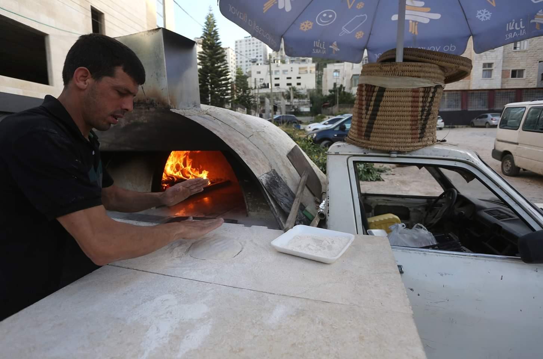الخباز الفلسطيني محمد أبو سعود يعد الخبز في مدينة #نابلس بالضفة الغربية في 3 مايو 2020. وقرر أبو سعود، الذي فقد وظيفته كعامل نقل بسبب إجراءات الإغلاق خلال تفشي #كوفيد-19، العمل كخباز متجول لمساعدة الناس في الحصول على الخبز أثناء بقائهم في المنزل. وأعلنت فلسطين يوم الأحد تأكيد حالتي إصابة جديدتين، ليرتفع العدد الإجمالي للحالات المصابة الى 522.