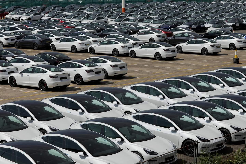 تظهر الصور الملتقطة في 8 مايو 2020 سيارات جديدة للبيع مخزنة على رصيف ميناء ساوثهامبتون في بريطانيا. فقد انخفض تسجيل السيارات الجديدة في بريطانيا بنسبة 97.3 في المائة في إبريل، مسجلا رقما قياسيا منخفضا لم يشهده منذ عقود، حيث كانت البلاد مقفلة طوال شهر كامل للحد من انتشار فيروس كورونا الجديد، وفقا لتقرير صدر يوم الثلاثاء.     فمع إغلاق صالات العرض والتزام مشتري السيارات بالبقاء في المنازل، تم تسجيل 4321 سيارة جديدة فقط خلال ذلك الشهر، وهو أعلى قليلا من الـ4044 وحدة التي بيعت في فبراير 1946، حسبما ذكرت جمعية مصنعي وتجار السيارات في تقريرها.