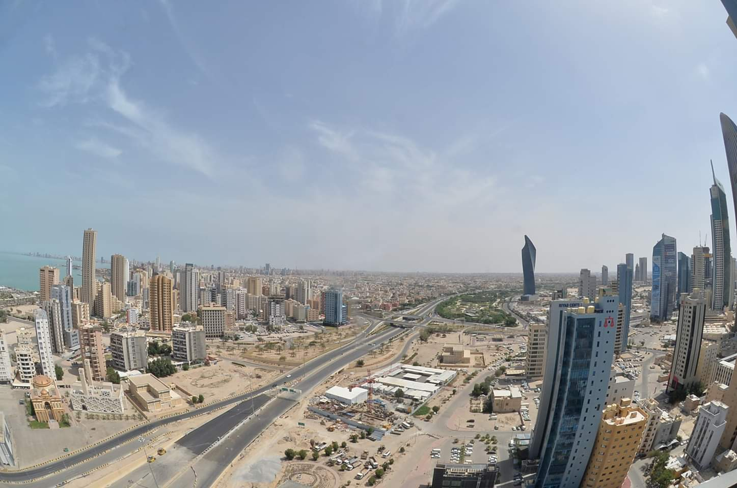 صورة ملتقطة يوم 11 مايو 2020 تظهر شوارع فارغة في مدينة الكويت. وأعلنت الحكومة الكويتية في وقت متأخر من يوم الجمعة حظر تجوال كامل في البلاد لمدة ثلاثة أسابيع للحد من الارتفاع السريع في حالات الإصابة بفيروس كورونا الجديد.