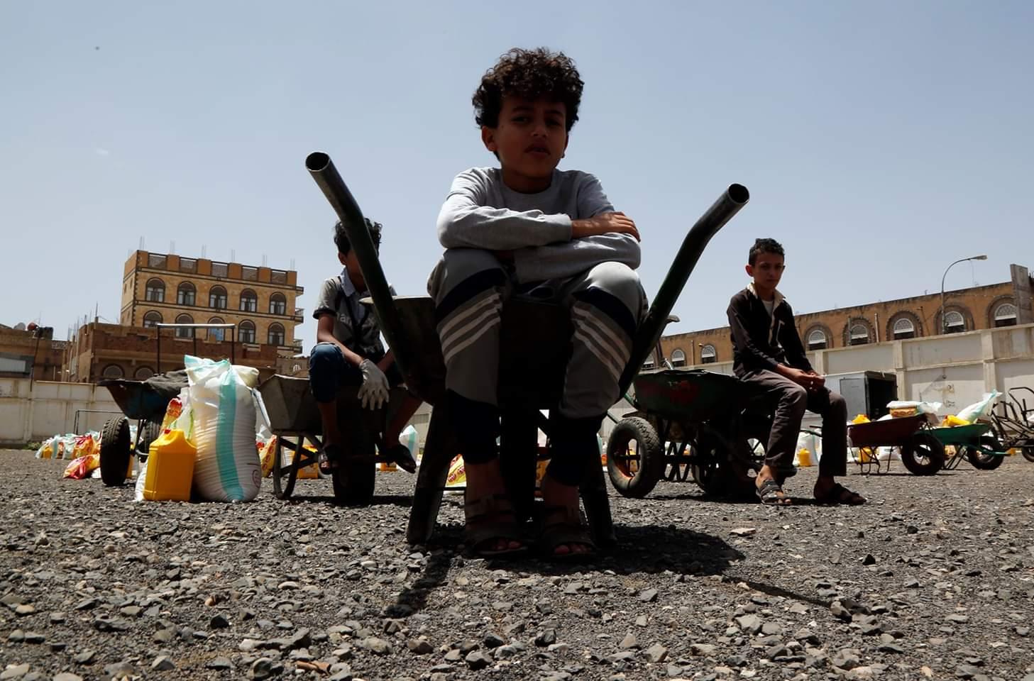 تظهر الصور أطفالا متأثرين بالحرب يجلسون على عربات جر ينتظرون تلقي حصص غذائية مقدمة من منظمة خيرية محلية في العاصمة اليمنية صنعاء. ووفقا لتقديرات الأمم المتحدة، فإن ما يقرب من 80 بالمائة من سكان اليمن يحتاجون إلى مساعدات إنسانية وحماية. ويوجد في البلاد 10 ملايين شخص على حافة المجاعة و7 ملايين شخص يعانون من سوء تغذية.