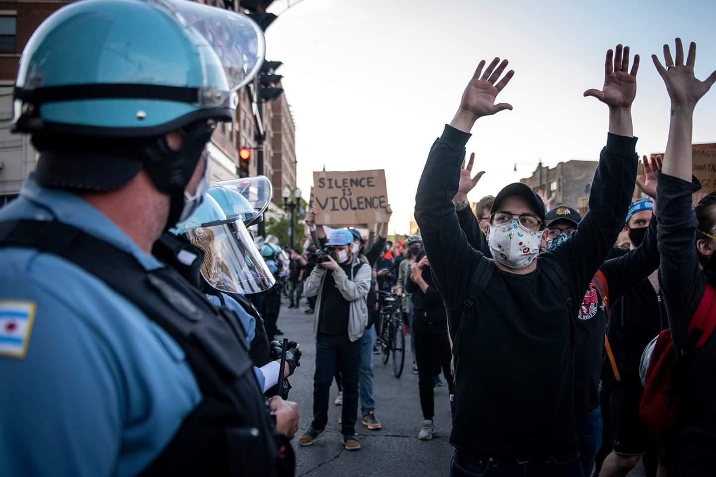 رجال شرطة يقفون على أهبة الاستعداد بمواجهة محتجين في مدينة شيكاغو الأمريكية، في أول يونيو. لقي شخصان مصرعهما واعتقل نحو 60 مع تزايد الاحتجاجات وأعمال النهب في مدينة شيكاغو وضواحيها يوم الاثنين، احتجاجا على موت #جورج_فلويد .