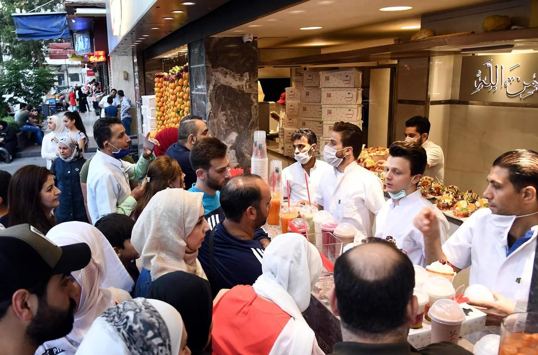أناس ينتظرون في محل عصير بالعاصمة السورية دمشق، 2 يونيو 2020. فقد خففت الحكومة السورية مؤخرا الإجراءات المتخذة للحد من انتشار مرض فيروس كورونا الجديد (كوفيد-19).