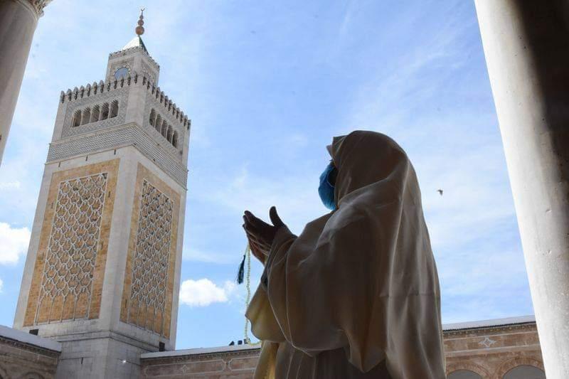 امرأة تونسية تصلي وهي ترتدي قناع وجه في مسجد بتونس العاصمة، 5 يونيو 2020. وقد بدأت يوم الخميس المرحلة الثالثة من الإستراتيجية الوطنية للرفع الجزئي للإغلاق المطبق بسبب فيروس كورونا الجديد في تونس. وفتحت جميع المحال والمطاعم والفنادق والإدارات العامة وأماكن العبادة أبوابها.