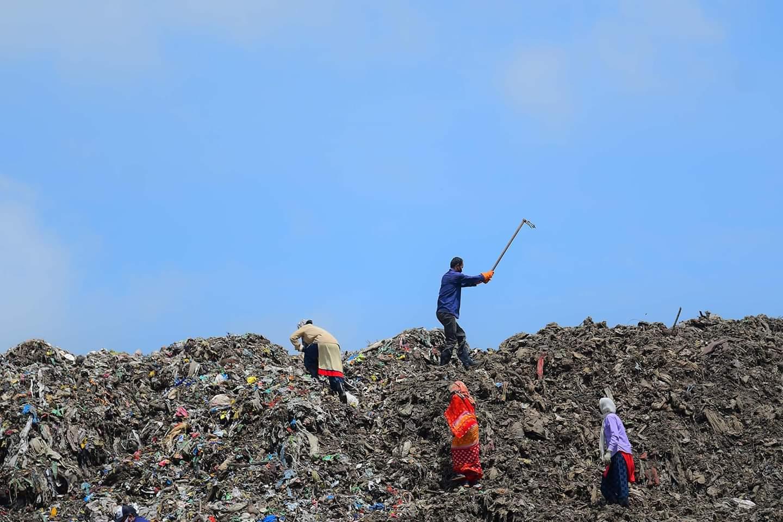 أشخاص يجمعون موادا قابلة لإعادة التدوير في مكب للنفايات في أجارتالا، تريبورا، الهند، 5 يونيو 2020. يتم الاحتفال في 5 يونيو من كل عام باليوم العالمي للبيئة، وهو حملة أطلقها الأمم المتحدة لرفع الوعي بأهمية حماية البيئة.