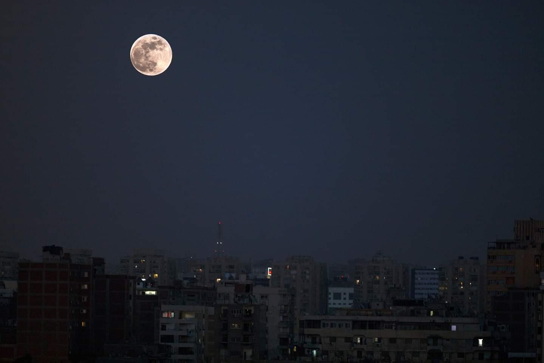تظهر الصورة البدر المكتمل والذي تم تصويره في العاصمة المصرية القاهرة يوم 5 يونيو 2020.