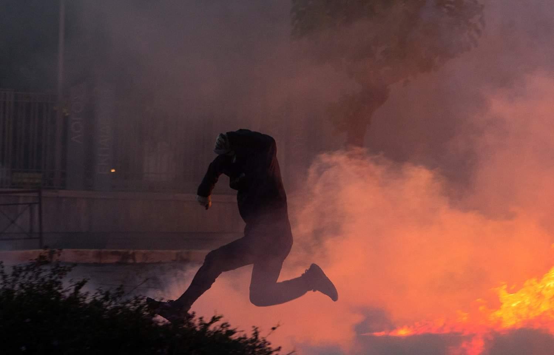 اشتعال قنابل حارقة ألقاها المتظاهرون بالقرب من شرطة مكافحة الشغب خلال مظاهرة أقيمت في أثينا باليونان في 3 يونيو 2020 احتجاجا على وفاة المواطن الأمريكي من أصل إفريقي جورج فلويد على أيدي الشرطة في مدينة مينيابوليس الأمريكية. وقد شارك آلاف الأشخاص في هذه المظاهرة يوم الأربعاء.